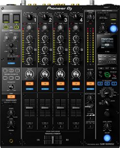 Deadmau5 is known to have used tje Pioneer DJM900NXS2